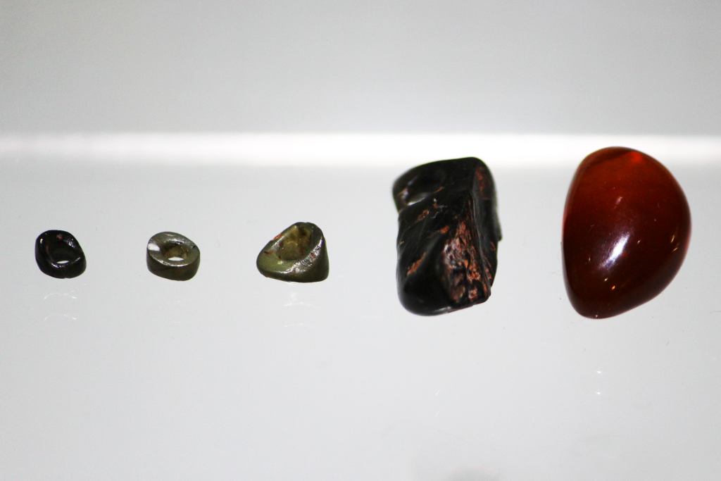 旧石器時代の墓の副葬品(知内町郷土資料館所蔵)