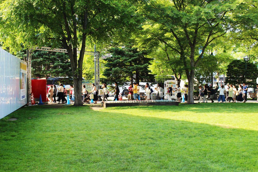 大通公園2丁目テントパビリオンの行列