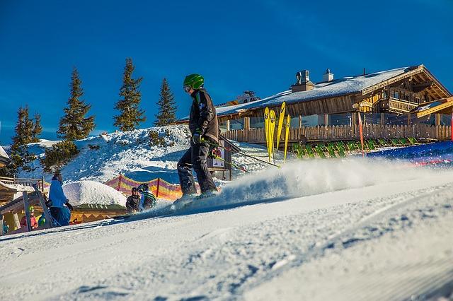 skiers-1274666_640